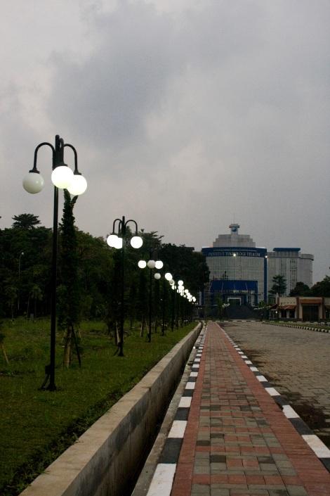 Jajaran lampu taman di depan LC IT TELKOM yang terlihat anggun
